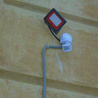 Герцена 9. Установка светильника на фасаде дома